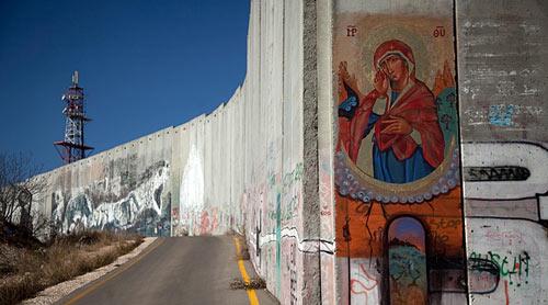 Une icône de la Vierge est peinte sur le mur de sécurité